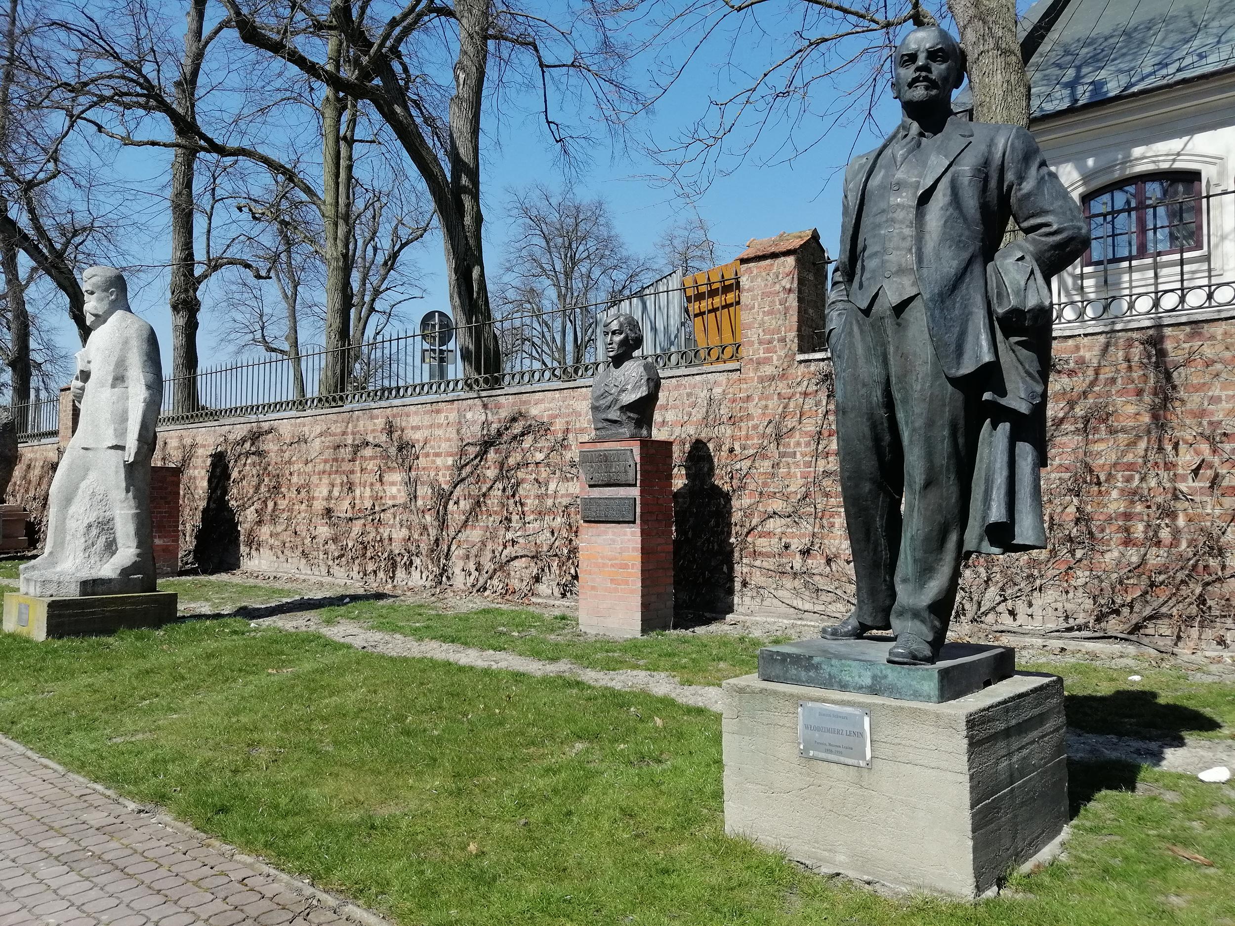 Fotografia. Pomnik Włodzimierza Lenina, postać całościowa. Rzeźba z brązu o wymiarach 260 x 120 x 75 cm ustawiona na betonowym postumencie z metalową tabliczką. Na tabliczce napis: Dimitri Schwarz, Włodzimierz Lenin, Poronin, Muzeum Lenina 1950-1990