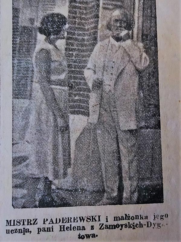Czarno-biały, zniszczony wycinek z prasy. Fotografia z 1928 roku, przedstawiająca starego mężczyznę i młodą kobietę stojących na tle budynku z cegły. Po lewej stronie fotografii mężczyzna ubrany w jasny garnitur stoi na wprost. Marynarka rozpięta, pod nią jasna kamizelka i wystający spod niej biały kołnierzyk koszuli. Włosy bardzo jasne, prawie białe, sięgające ucha, duże zakola. Lewą dłonią gładzi wąsy. Po prawej stronie młoda kobieta ujęta z profilu, ubrana w jasną, letnia sukienkę sięgającą pół łydki, przepasana ciemnym paskiem.